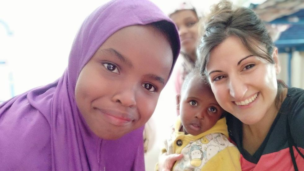 pobreza infantil, niños, malos tratos.Ana Baz, en uno de sus viajes de voluntariado a Kenia.