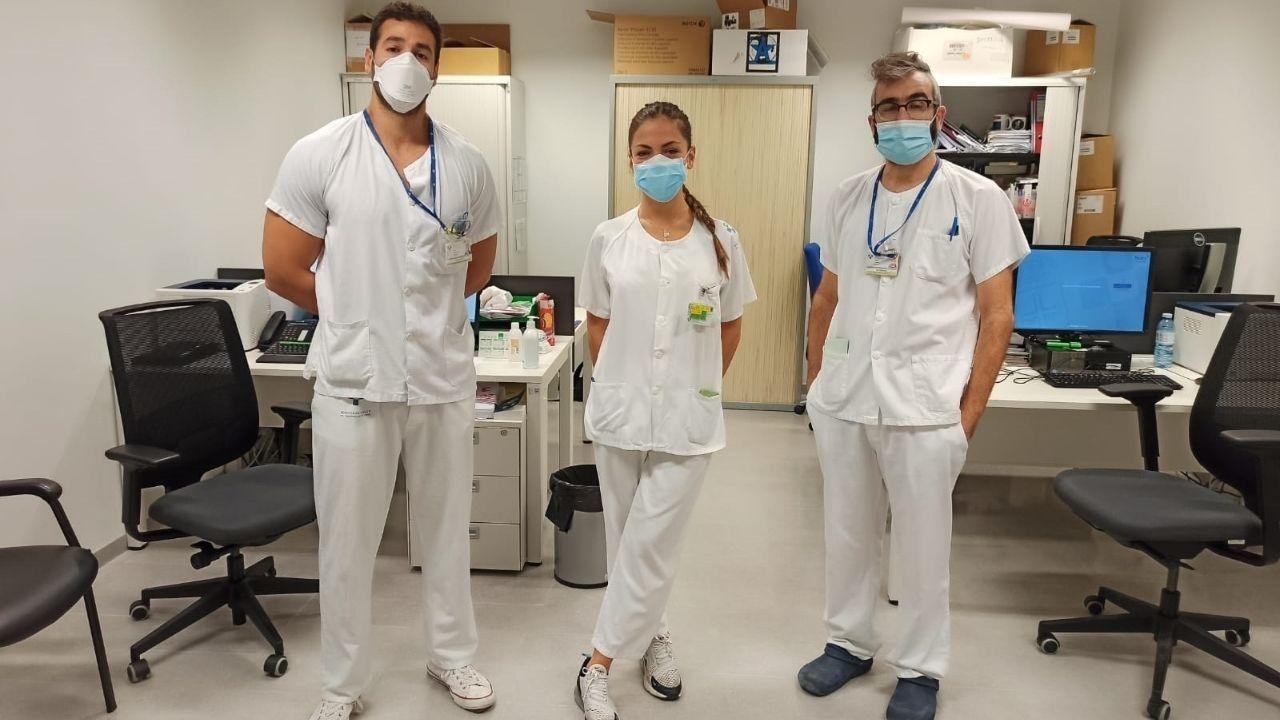 Óscar, Julia y Víctor, enfermeros del servicio de Urgencias del HUCA