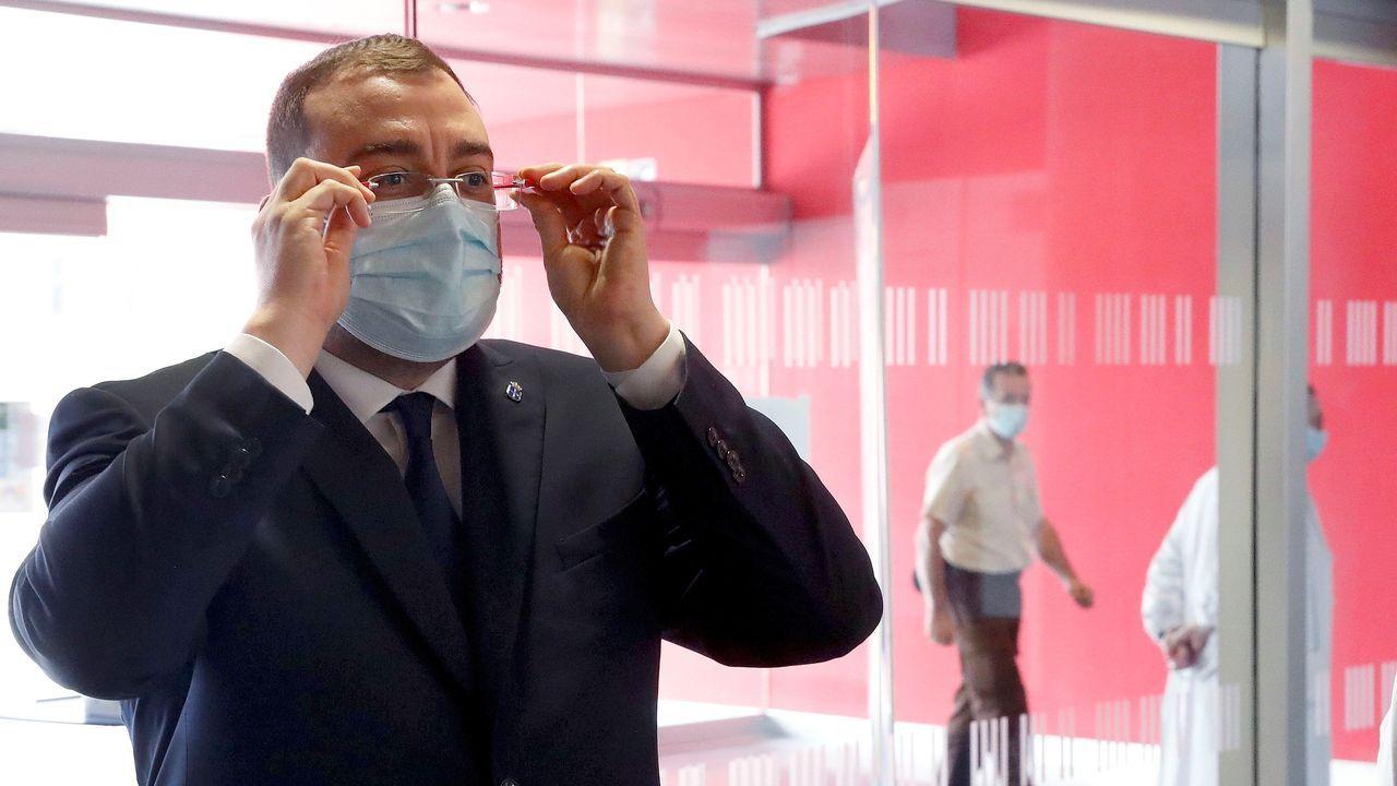 El presidente del Principado de Asturias, Adrián Barbón, durante su visita, hoy sábado, al Laboratorio de Microbiología del Hospital Universitario Central de Asturias (HUCA) en Oviedo