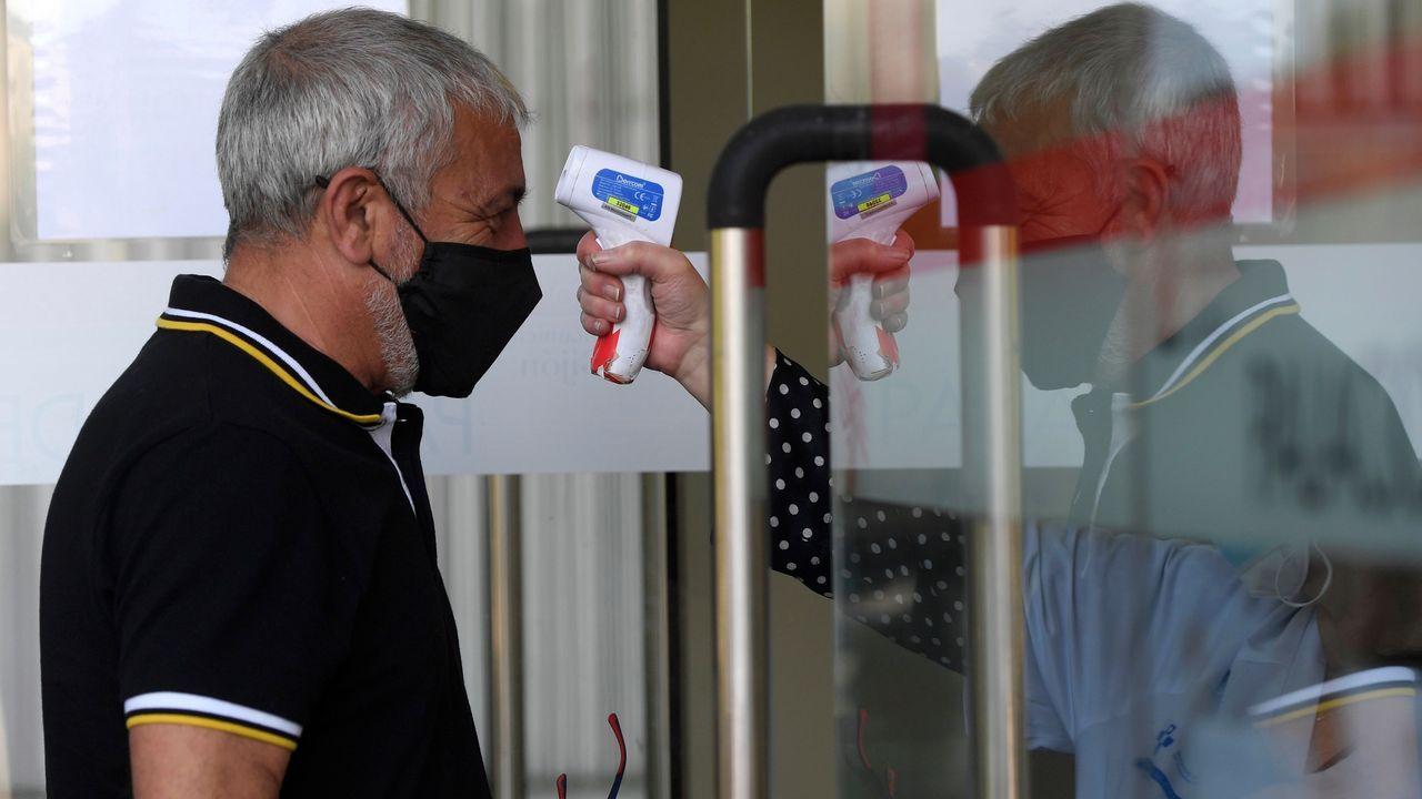 Toma de temperatura antes de la administración de la vacuna en el Palacio de Deportes de La Guía, en Gijón