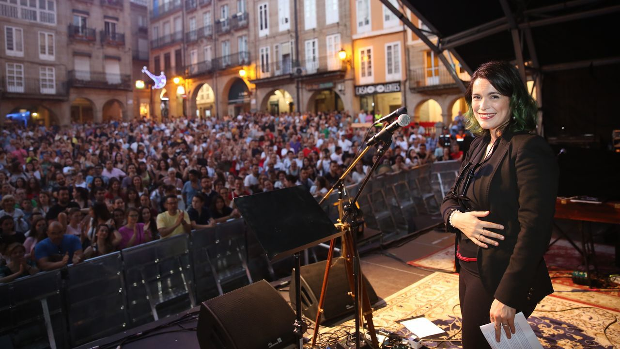 ¡Mira aquí las imágenes de las fiestas de Ribeira!.Cristina Pato na terraza da súa casa