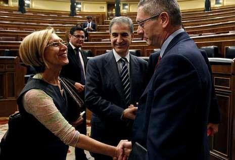 Rosa Díez felicita a Gallardón tras aceptar su propuesta el pasado miércoles en el Congreso.