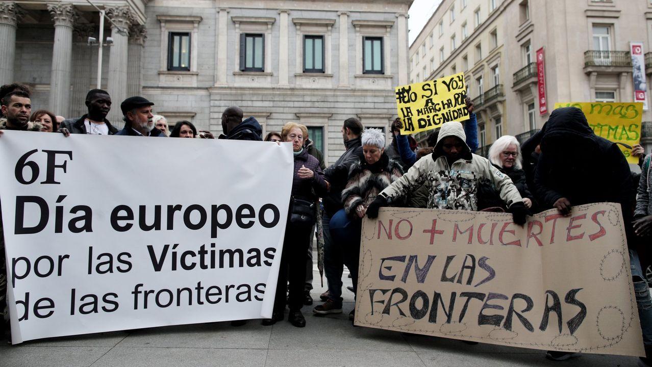 Varias personas se concentran frente al Congreso de los Diputados el pasado mes de febrero con dos pancartas en las que se lee, «6F, Día Europeo por las Víctimas de las fronteras» y «No más muertes en las fronteras»  en un acto de silencio en memoria de los 15 inmigrantes subsaharianos que perdieron la vida, el 6 de febrero del 2014 en la playa ceutí del Tarajal cuando intentaban entrar a nado en España