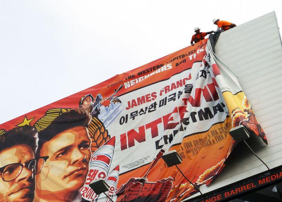 Retirada de uno de los carteles anunciando «The Interview».