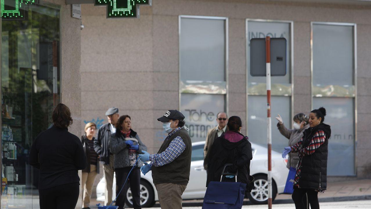 Largas colas frente a los supermercados.Compradores a la cola en un supermercado del barrio de Canido, en Ferrol