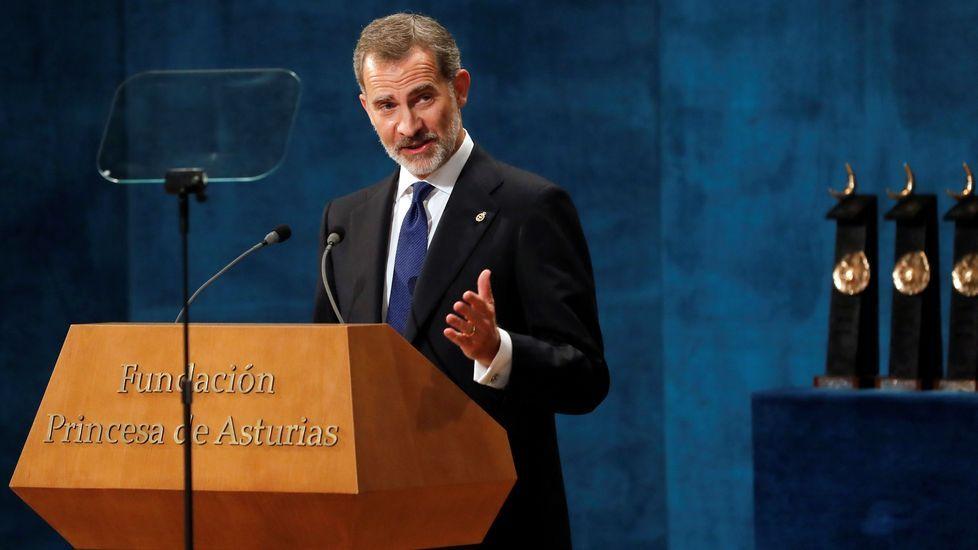 El rey Felipe pronuncia su discurso en la ceremonia de entrega de los Premios Princesa de Asturias 2019, este viernes en el Teatro Campoamor de Oviedo. EFE/ Ballesteros