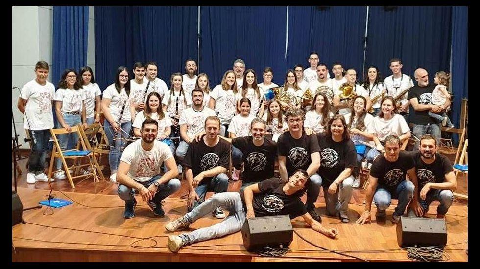 Los integrantes de la Banda de Sober posan tras el concierto de su 150 aniversario