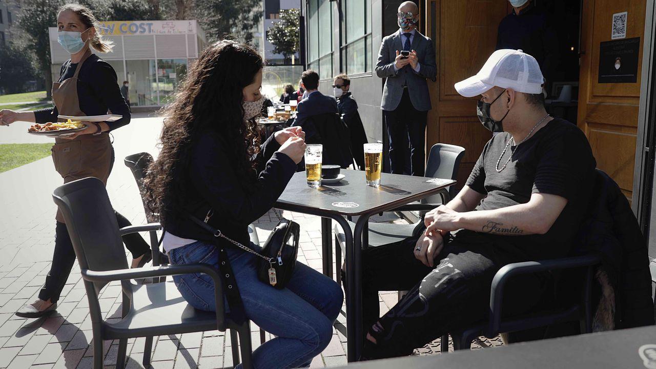 Dos personas tomando algo en la plaza de Tabacos