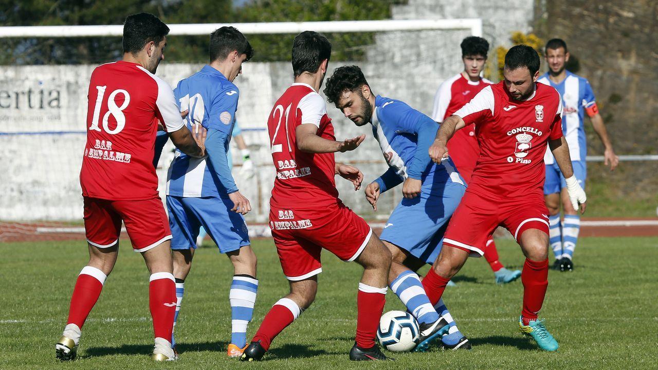 Falcón, autor del gol, rodeado de rivales en el partido ante O Pino