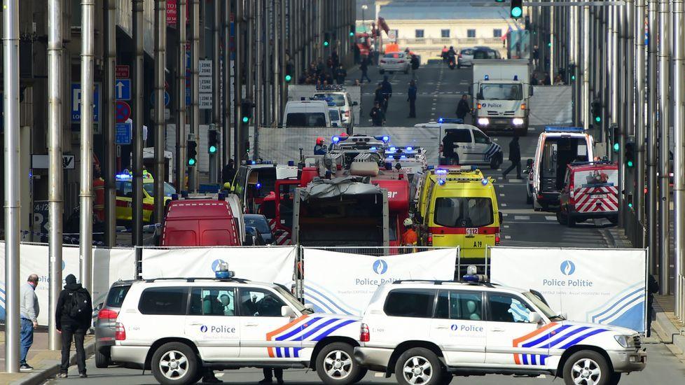 Personal de emergencias en las proximidades a la estación de metro de Maelbeek en la que se ha registrado una de las explosiones