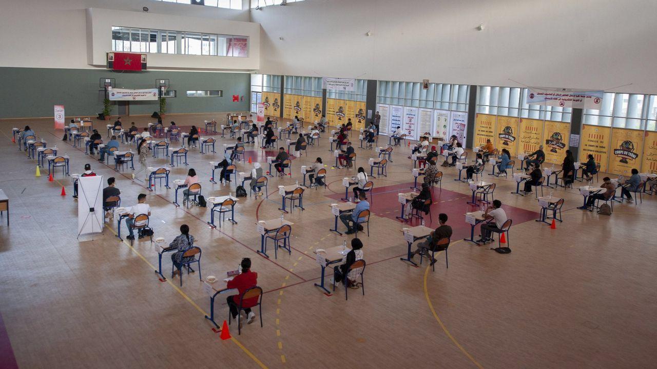 Alumnos marroquíes haciendo en Rabat el examen de ingreso a la universidad