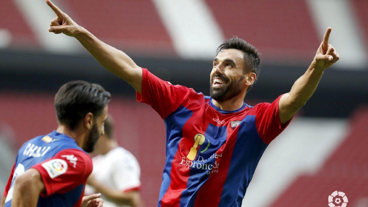 Enric Gallego celebra un gol con el Extremadura
