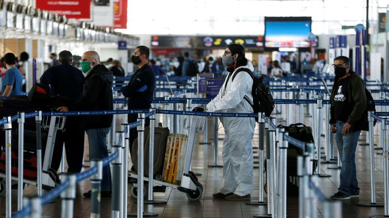 Un grupo de personas aguarda en el aeropuerto de Chile