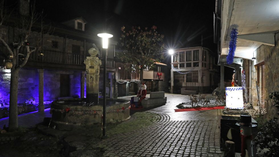NAVIDAD EN CELANOVA.En Vilanova dos Infantes (Celanova) el alumbrado navideño comparte protagonismo con un poblado de Belén
