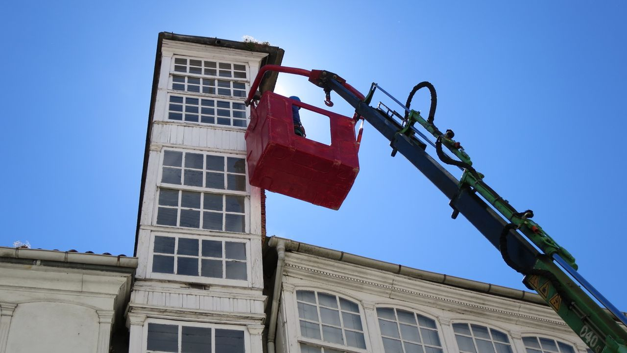 Una reparación hace cinco años. En agosto del 2015 se llevaron a cabo unos trabajos de prevención en la fachada derecha de la casa, la que ahora sufrió los destrozos del vendaval, para evitar la caía al suelo de los trozos que ya entonces estaban deteriorados. roi fernández