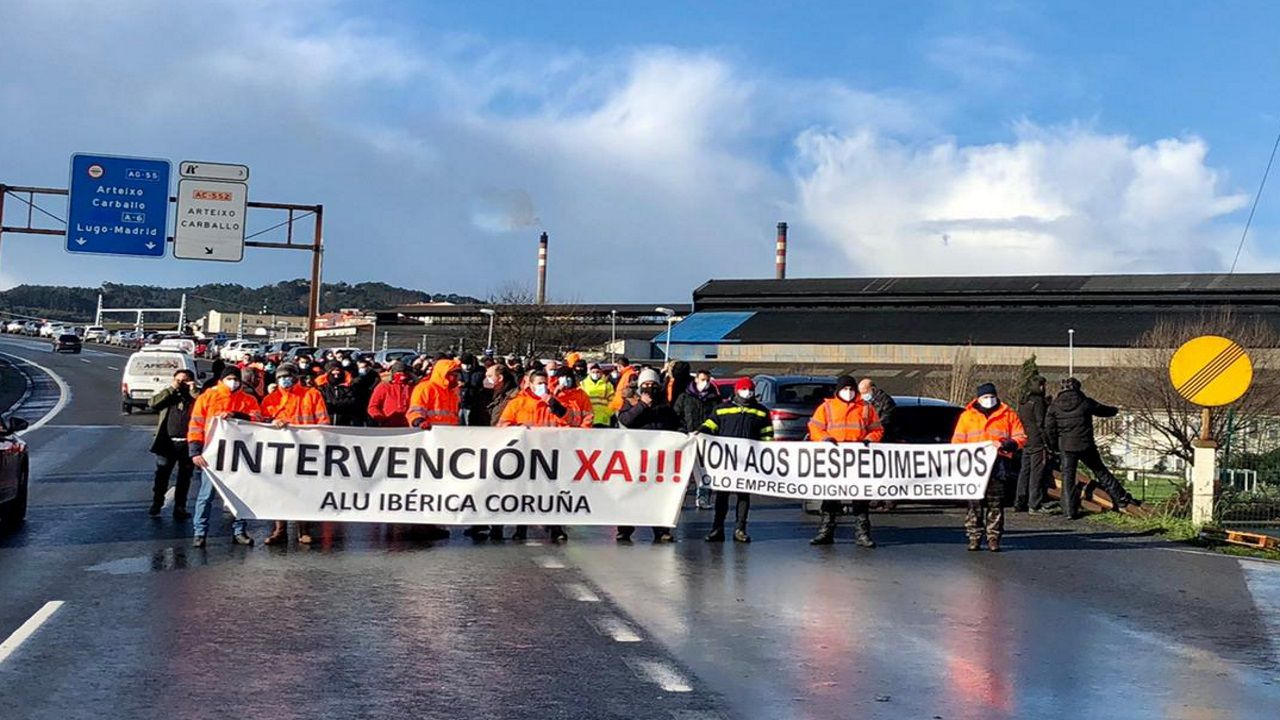 alcoa.Trabajadores en huelga frente a la planta de Alu Ibérica en A Coruña