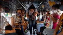 En los autobuses de Filipinas han instalado pláticos separadores para mantener la distancia entre asientos. A mayores, los usuarios llevan mascarillas