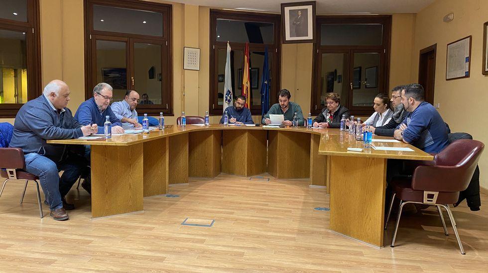 Sigue el corte de un carril de la N-120 en Ourense.A la sesión faltaron dos ediles del BNG y el concejal del RUA
