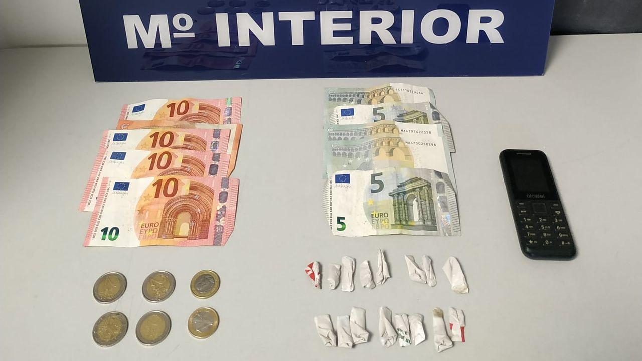El detenido llevaba encima 16 pequeñas bolsas de plástico con heroína en su interior y setenta euros en billetes fraccionados