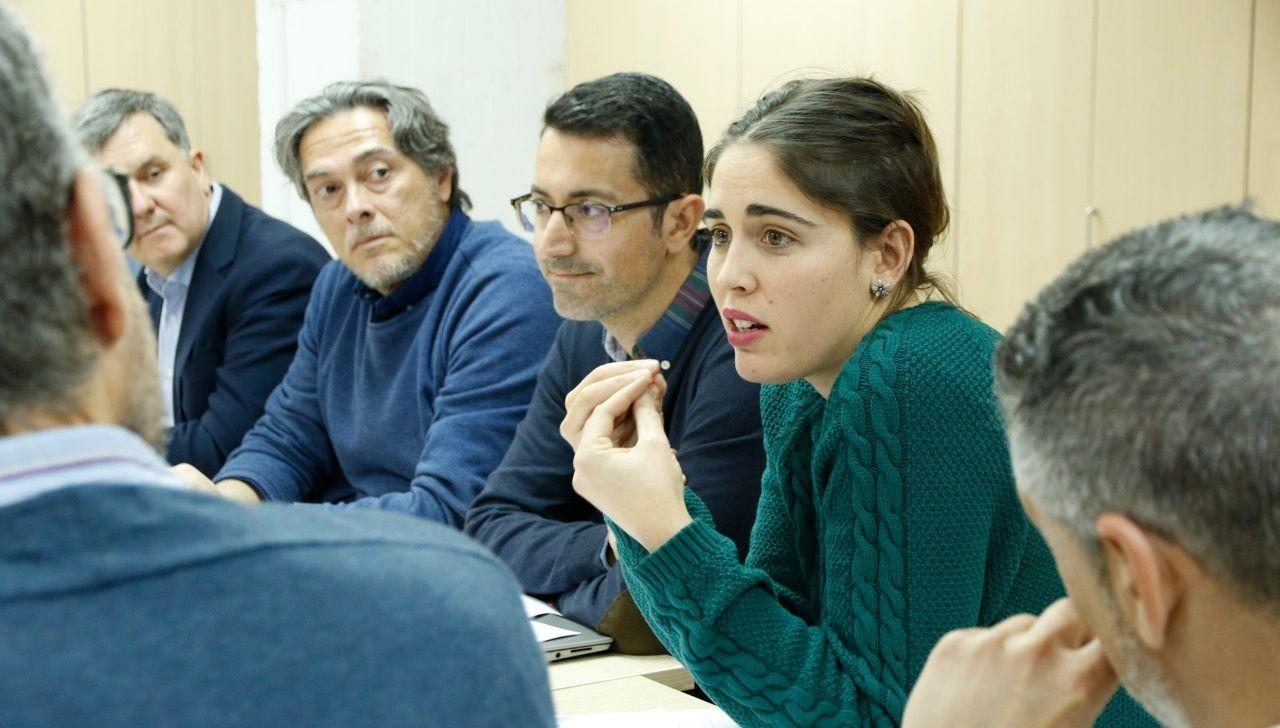 El presidente de CaixaBank, Jordi Gual, a la derecha, y el consejero delegado, Gonzalo Gortázar