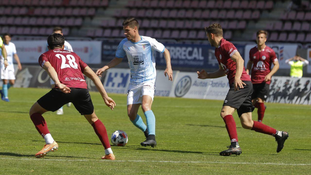 Canedo Guijuelo Real Oviedo Vetusta Segunda B Municipal Luis Ramos.Sandoval golpea un balón en el Vetusta-Cultural