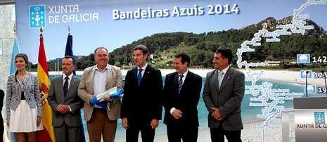 Pruebas para los socorristas de Sanxenxo.El alcalde de A Laracha, entre el conselleiro Agustín Hernández y el presidente de la Xunta, en Vigo.
