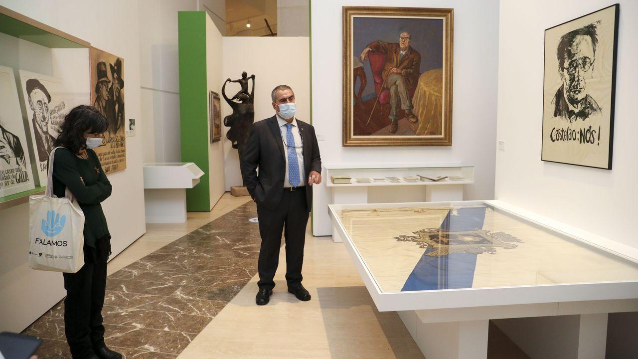 A mostra inclúe pezas como a bandeira das exequias de Castelao
