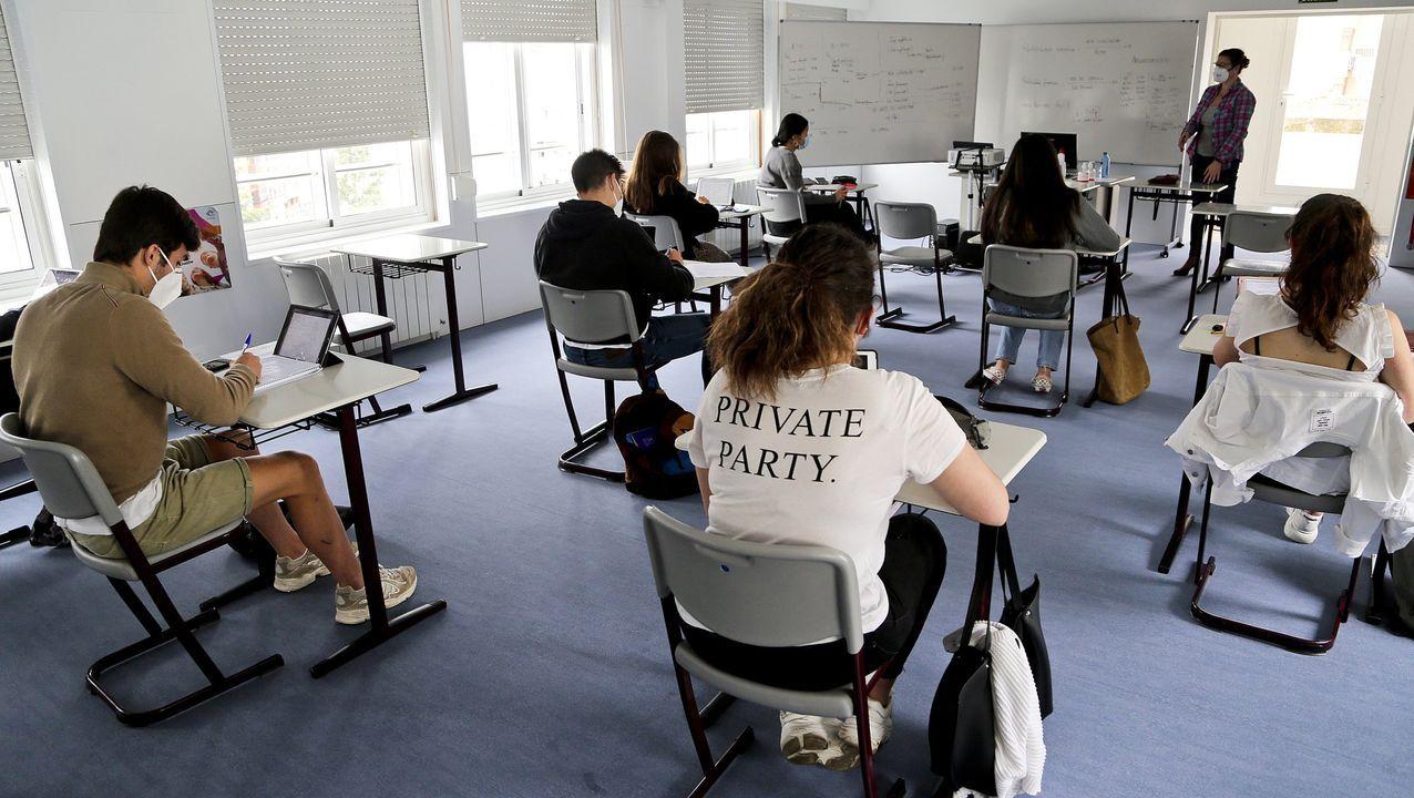 Largas colas de profesores interinos en la Consejería de Educación para firmar su contrato