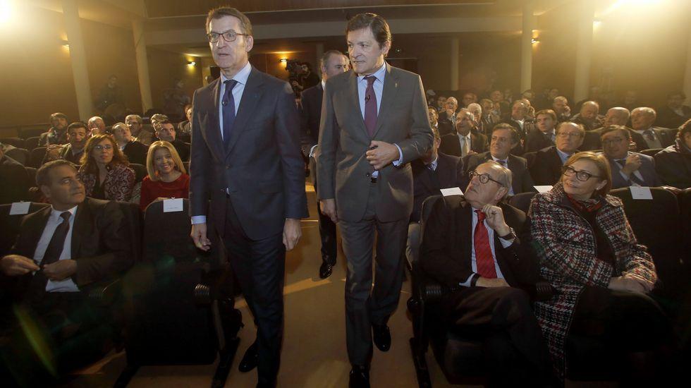 Javier Fernández, Alberto Núñez Feijóo y Pablo Junceda, con Castropol al fondo.Javier Fernández, Alberto Núñez Feijóo y Pablo Junceda, con Castropol al fondo