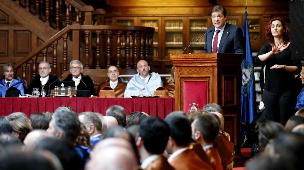 Estudiantes de Oviedo se manifiestan contra el machismo en las aulas.El presidente del Principado, Javier Fernández, durante su intervención en el acto de apertura del curso de la institución académica