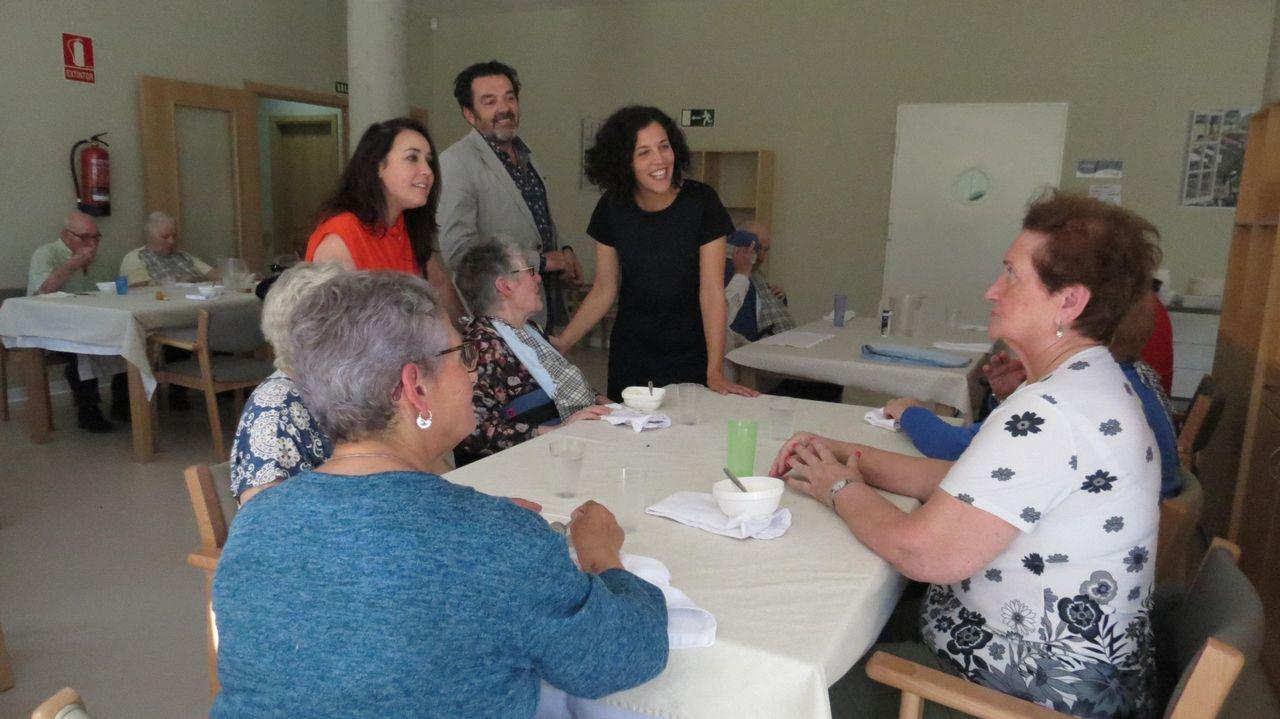 «Queremos a María!», el grito de estos vecinos de O Valadouro.José Manuel Barreiro y Elena Candia (izquierda) y Patricia Otero y Ana Prieto (derecha), minutos después de conocer los resultados