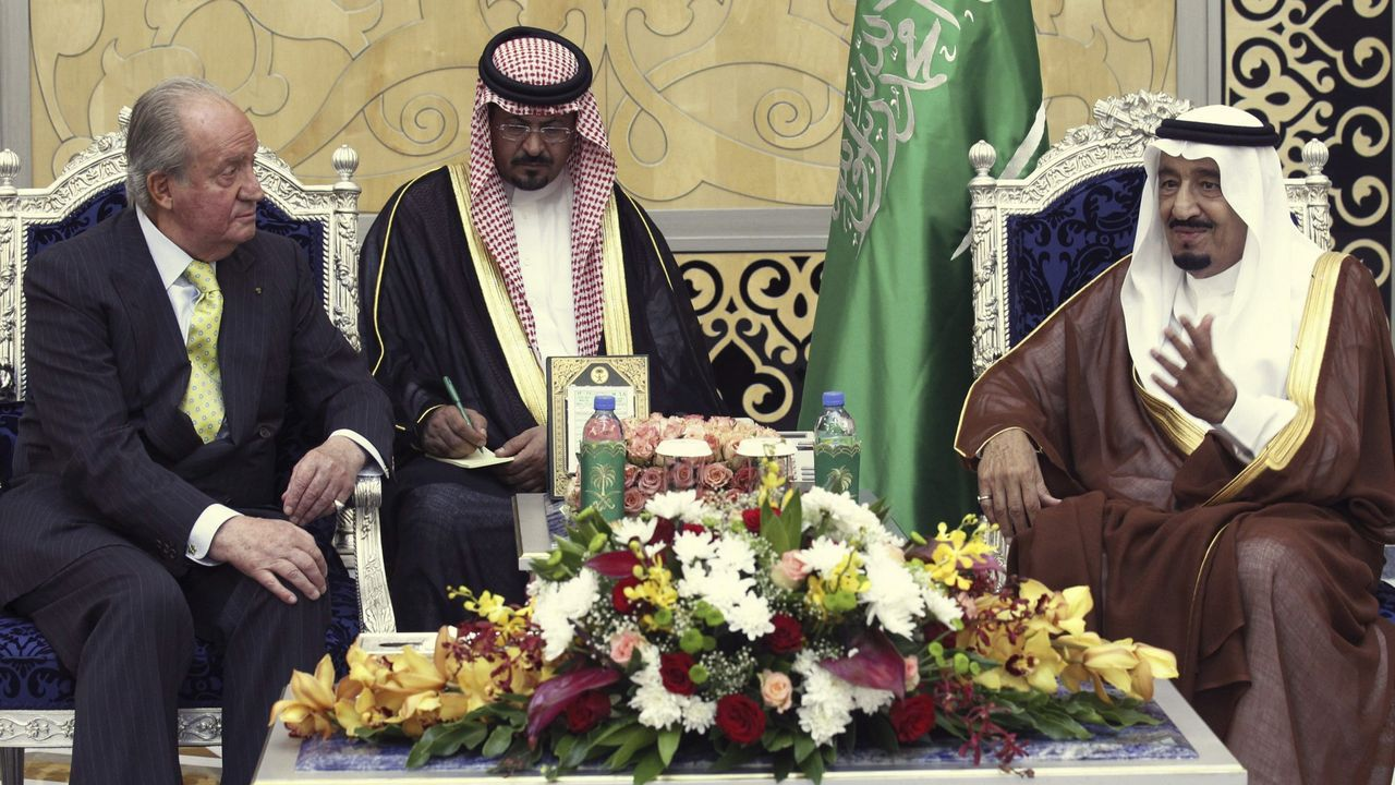 Juan Carlos I con el príncipe heredero y el ministro de Defensa saudíes, en el 2014