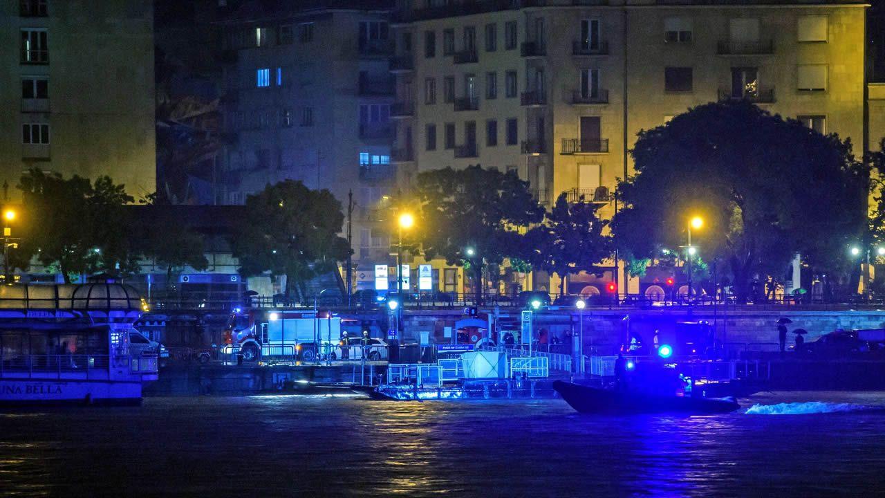 El coche autónomo de PSA ya rueda por el centro de Vigo.Flores en el puente Margarita en memoria de las víctimas del naufragio en el Danubio del pasado miércoles