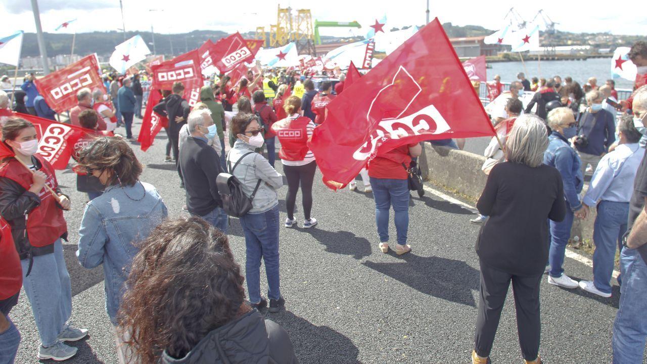 Dos marchas confluyen en As Pías por el futuro industrial de la comarca de Ferrol.Obreros trabajando en abril en una nave en As Gándaras