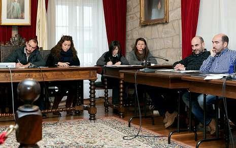 El alcalde (izquierda) asegura que ya gobernó un año en minoría y que el Concello salió adelante.