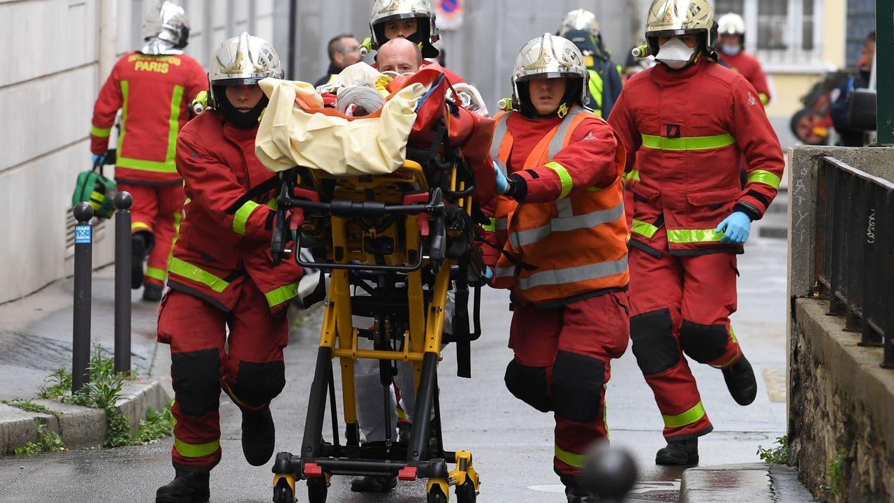 Los bomberos trasladan a uno de los heridos en el ataque