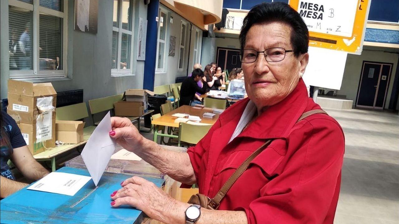 Detenido en Betanzos.Laura Verdes Otero, vota por primera vez a los 87