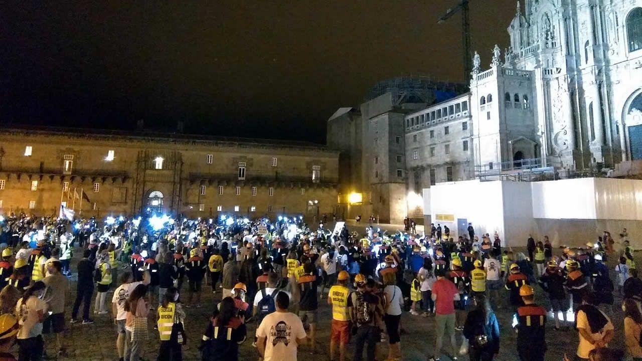 Trabajadores de Alcoa San Cibrao y sus familias llevaron su protesta anoche a la Plaza de Obradoiro