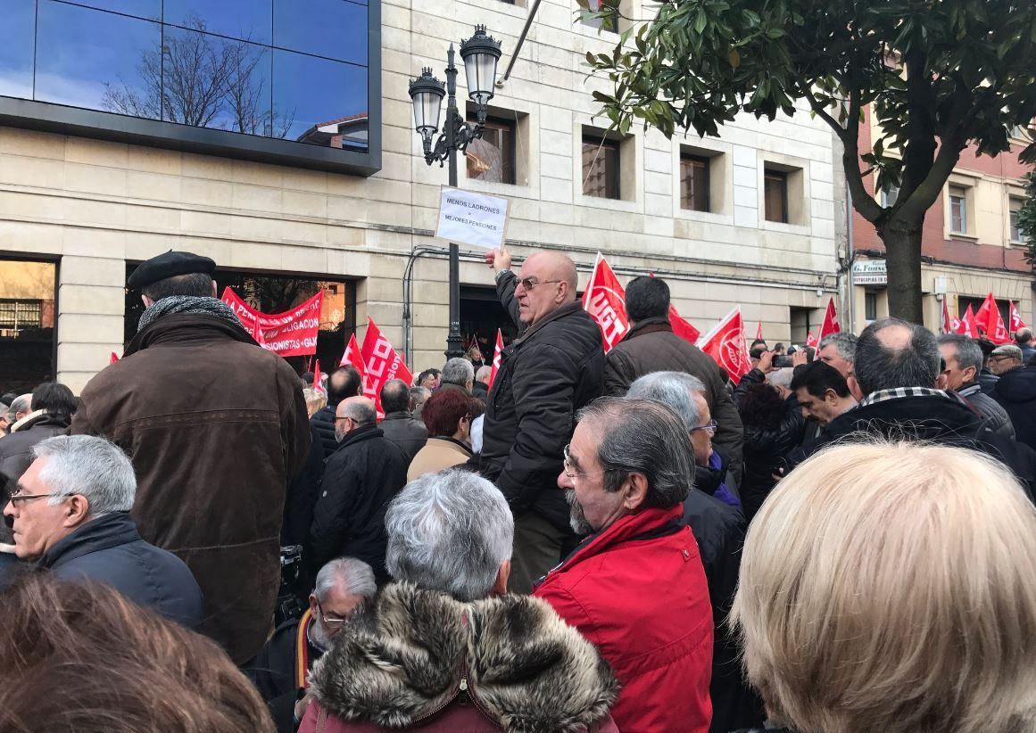«El Gobierno debería respetarnos».Concetración en Oviedo en defensa de las pensiones