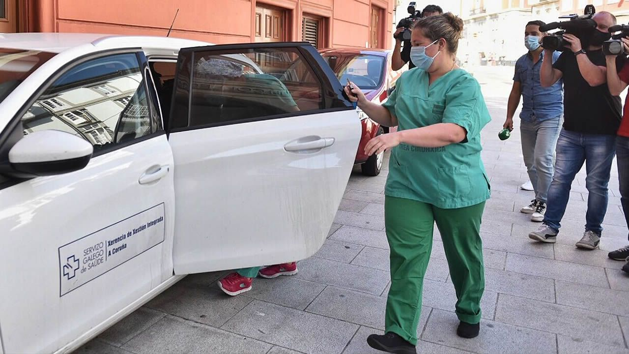Salida del equipo médico del hotel NH Finisterre tras realizar los estudios serológicos a los jugadores del Fuenlabrada.