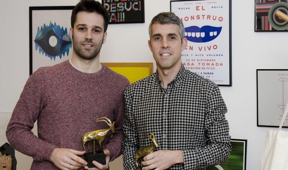 Bembibre, á dereita, co seu socio en Costa, David Silvosa, recollendo un premio