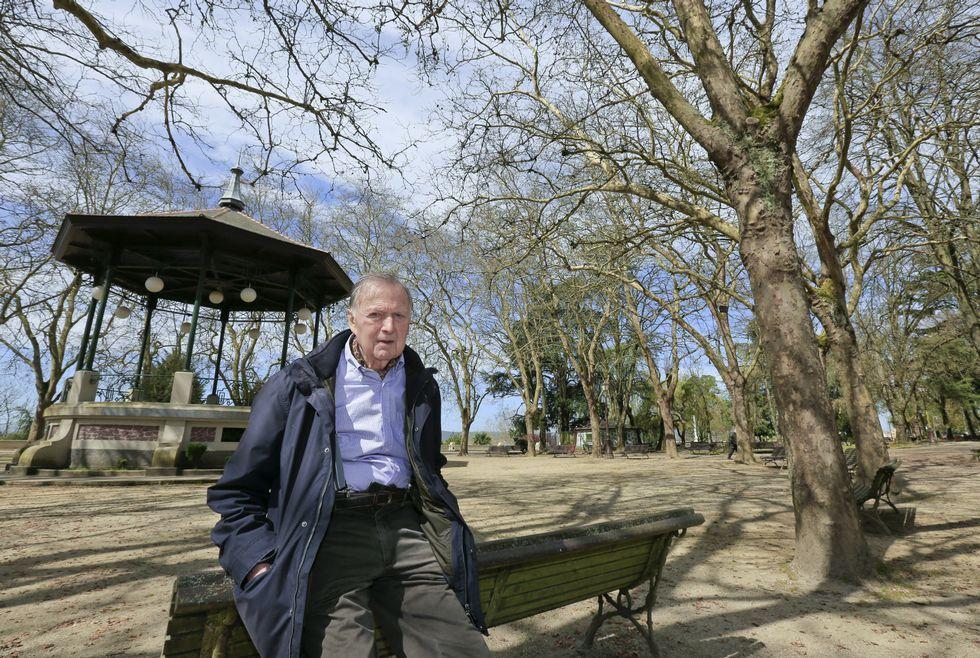 El veterano político posa en el parque Rosalía de Castro.