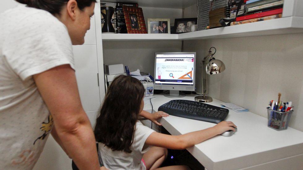 Una niña de Arousa haciendo ejercicios en el ordenador durante el confinamiento