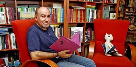 Xosé Ballesteros, onte en Pontevedra, despois de coñecer a noticia da concesión do premio.