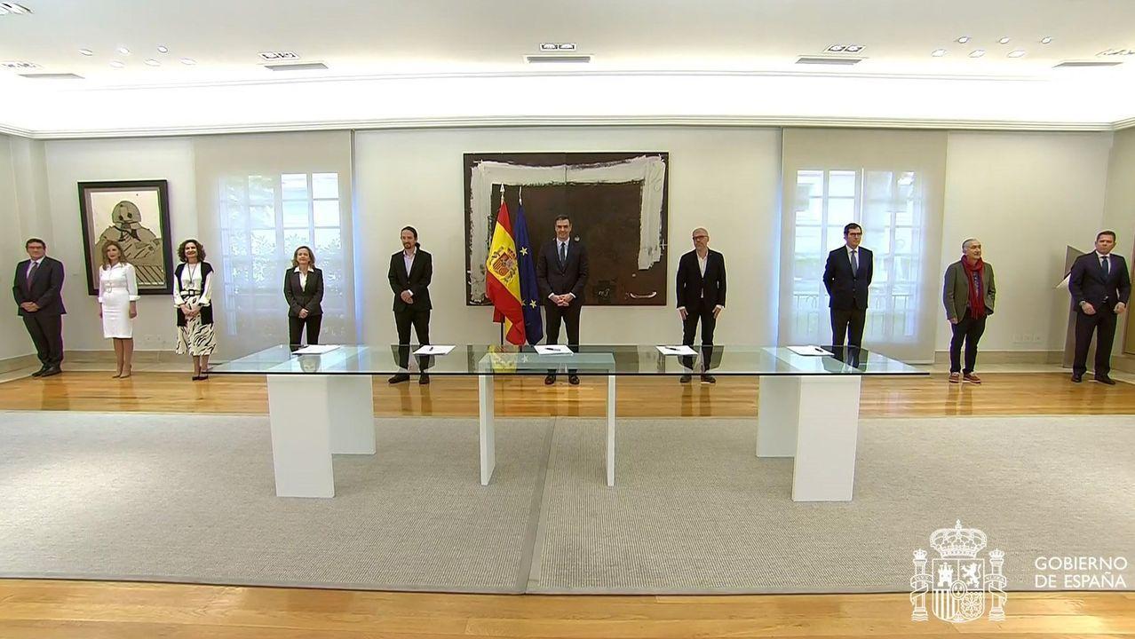 Firma solemne de la prolongación de los ERTE en Moncloa.Cartel en un bar de Oviedo