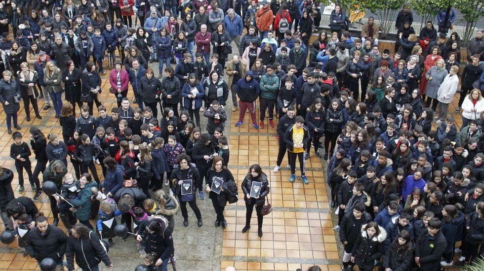 Unas 300 personas participaron en la concentración de este lunes por la mañana frente al Ayuntamiento de Monforte