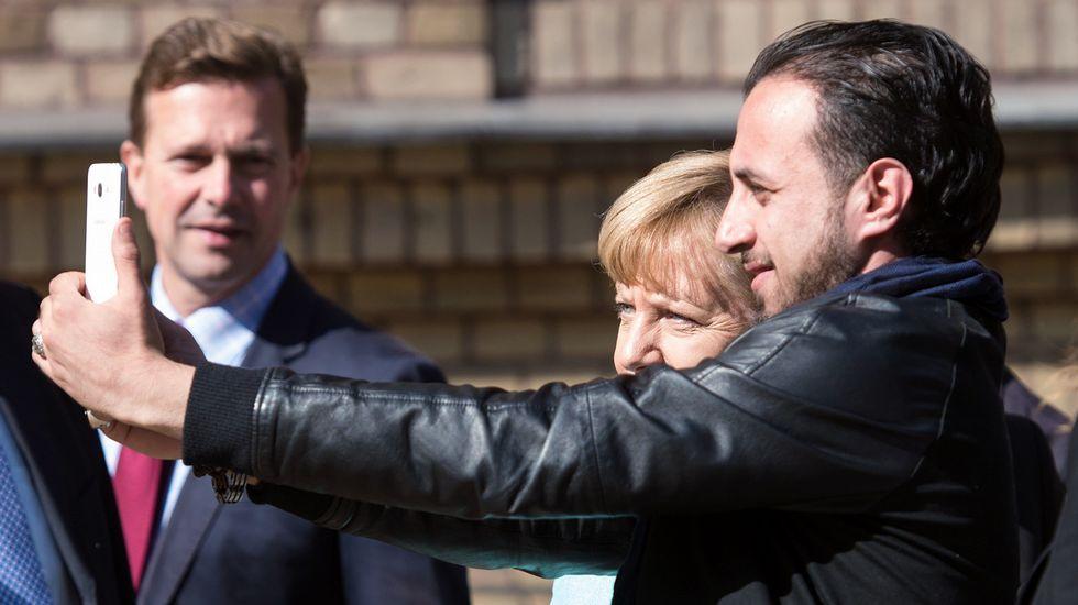 Selfie de Merkel con refugiados