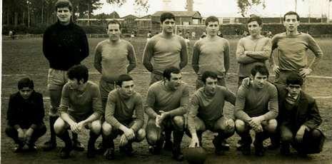 Conde (primero por la izquierda, abajo) y Periscal (con el balón), en el Bergantiños de 1968.