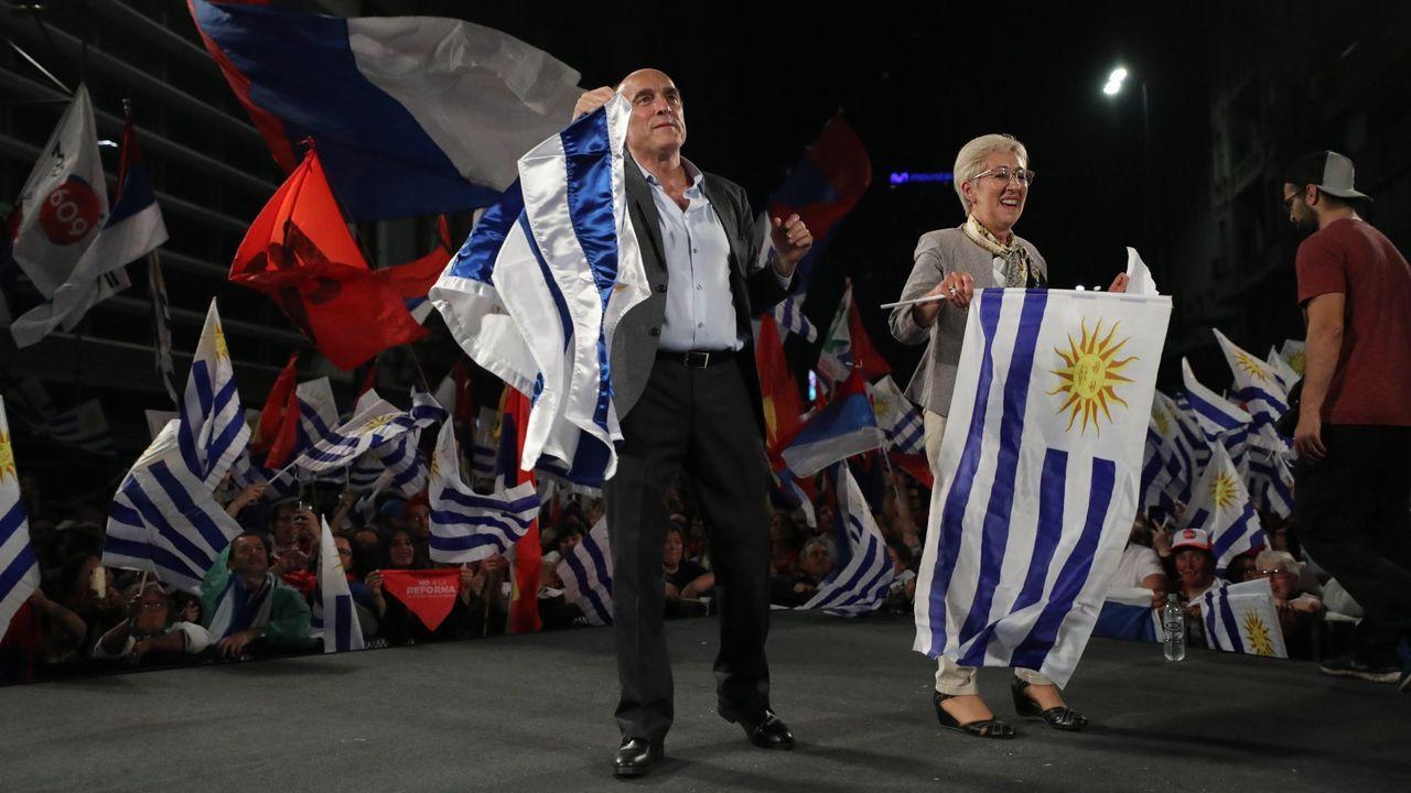 El candidato a la Presidencia de Uruguay por el Frente Amplio, Daniel Martínez, junto a su compañera de fórmula a la Vicepresidencia Graciela Villar.