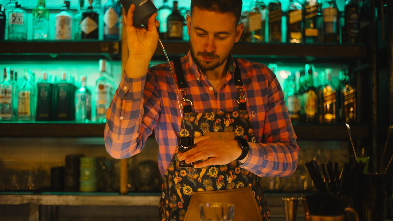 El bartender del Mona Lisa, un híbrido de restaurante y coctelería abierto hace apenas un año en Manuel Pedregal